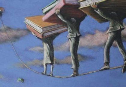 Funanboli sulla corda con libri in testa