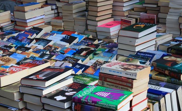 Libri ammassati su un tavolo